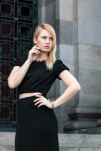be-sparkling, miriam ernst, fashion blogger, blonde, how to wear a cropped top, red valentino, all black, outfit, madame pivot, shoes,