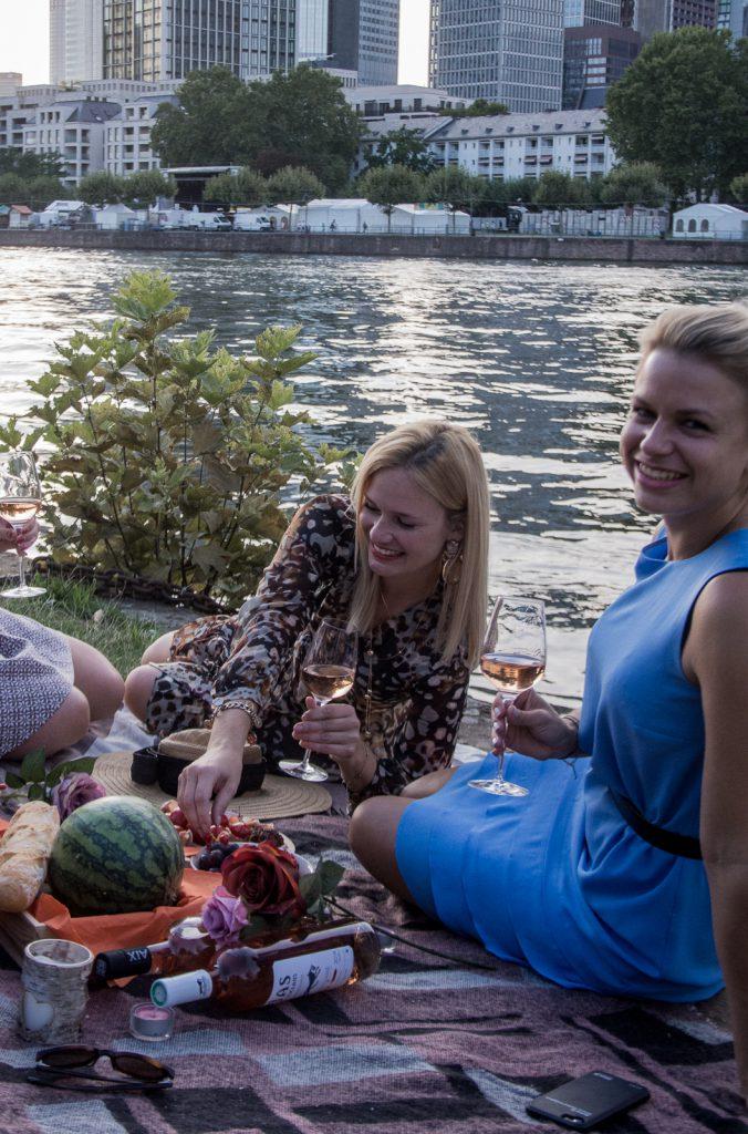 Freunde, zusammen, Rosé, Picknick, Wein, Spaß, Frankfurt, Main