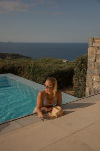 Miriam Ernst, Infinity Pool, Pool, Frau im Pool
