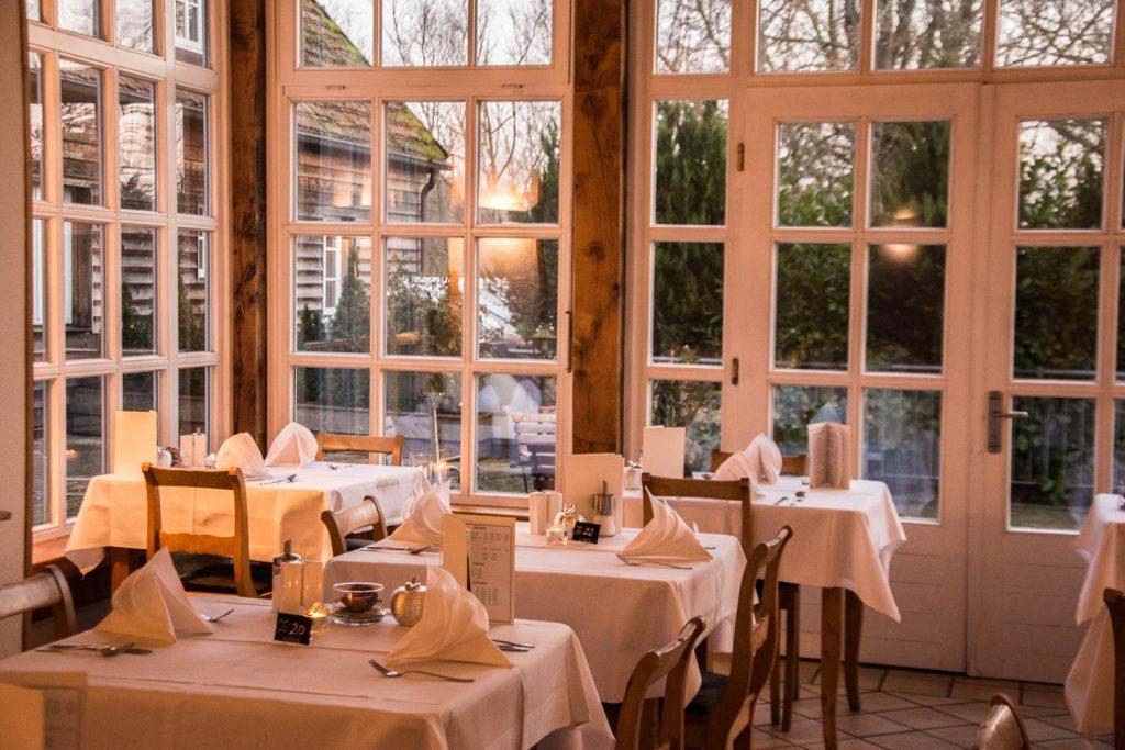 Gutshof Woldzegarten, Müritz, Restaurant Flotows, Wellnesshotel, Kamin, Frühstückssaal, fireplace, cozy Flair, breakfast hall