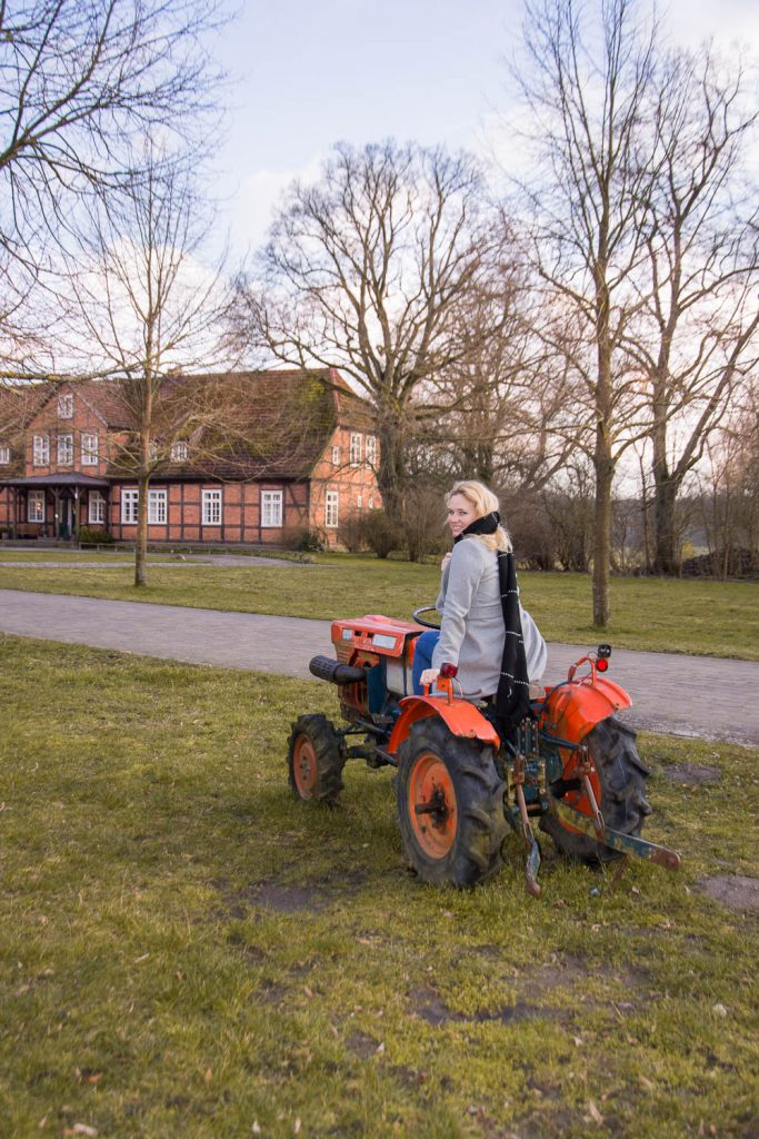 Gutshof Woldzegarten, Hotel Gutshof Woldzegarten, Miriam Ernst, Müritz, Außenansicht, Traktor, farmhouse, Tractor, Manor