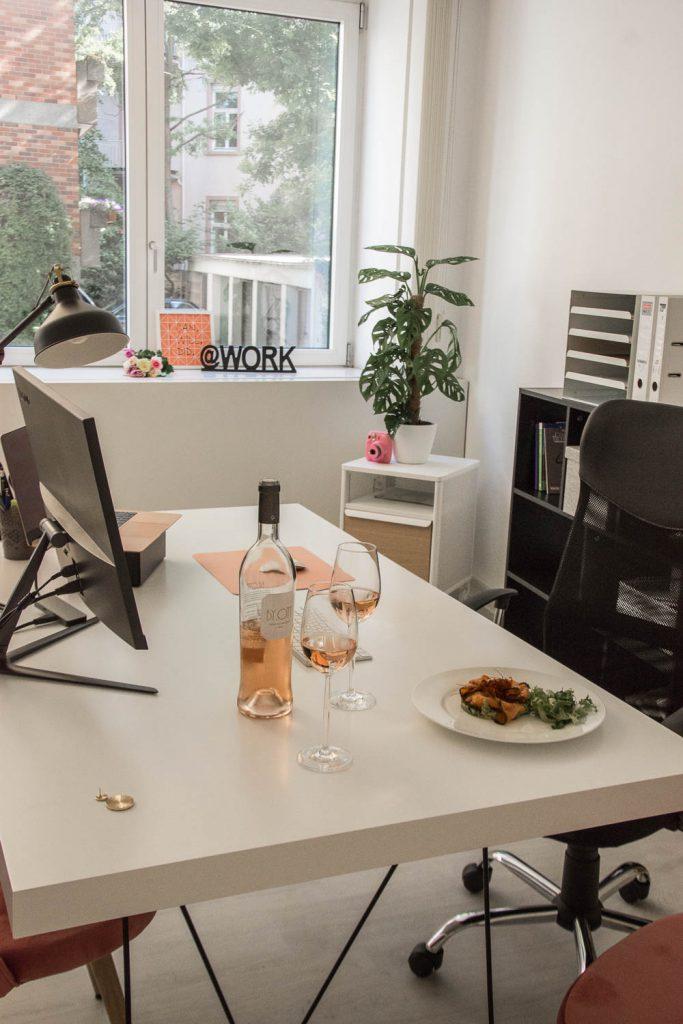 Vin de Provence, Rosé Wein, Büro, Office, Salat, Kamera, Blumenstrauß, Work