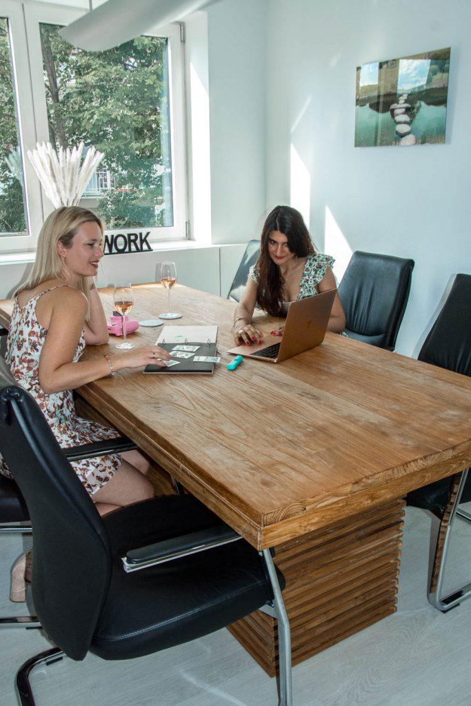 Vin de Provence, Rosé Wein, Büro, Office, Konferenztisch, Konferenzraum, Miriam Ernst, Work