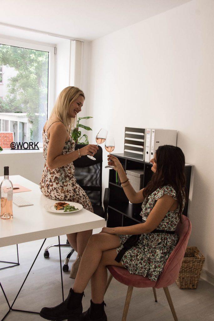 Vin de Provence, Rosé Wein, Büro, Office, Salat, Kamera, Blumenstrauß, Miriam Ernst, Sommerkleid