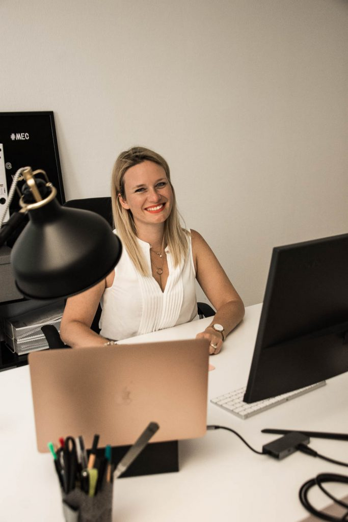 Vin de Provence, Büro, Office, Miriam Ernst, Schreibtisch, Laptop, Bürolampe